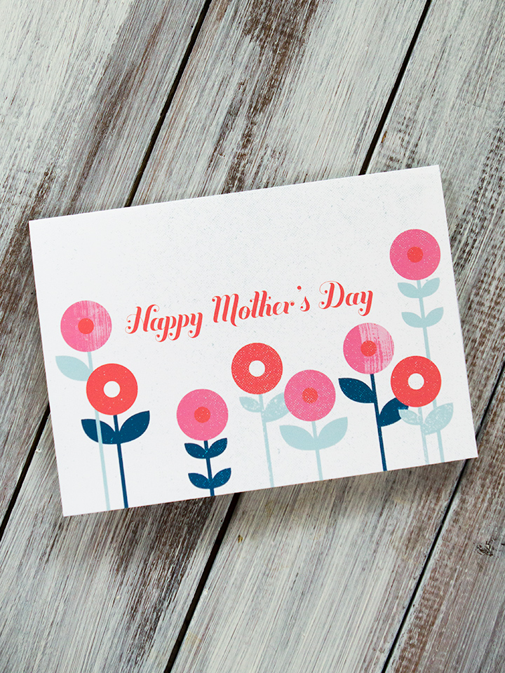 Give your mom a pretty floral card this Mother's Day! Click through for printable file.
