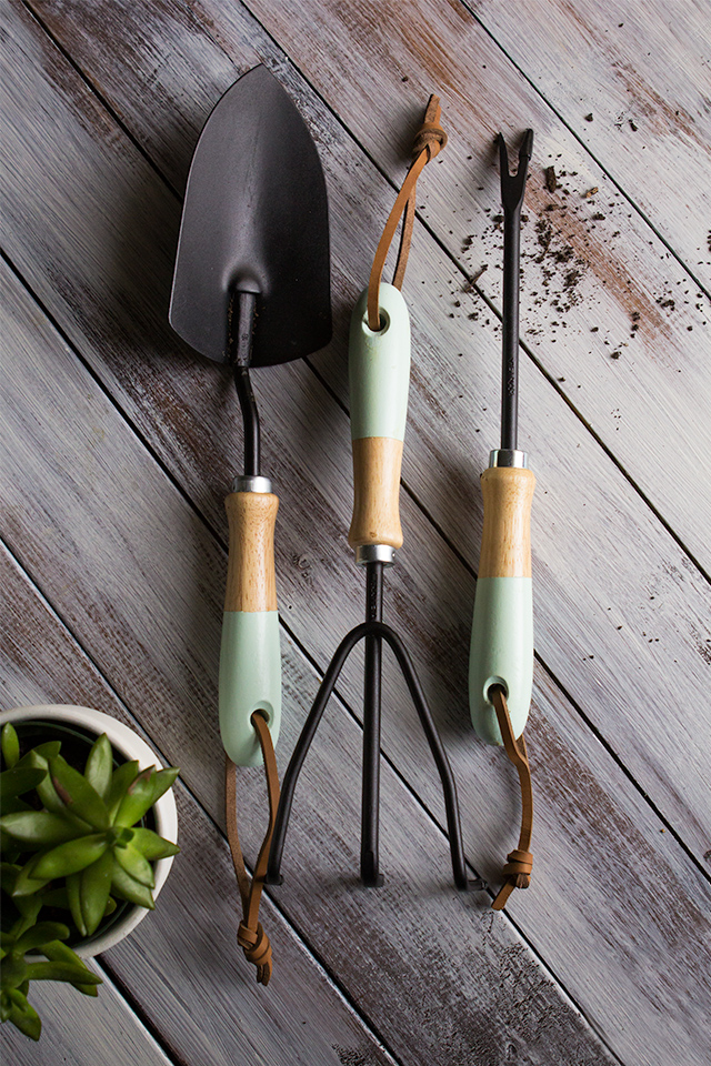 Create your own set of Anthropologie inspired paint dipped garden tools.