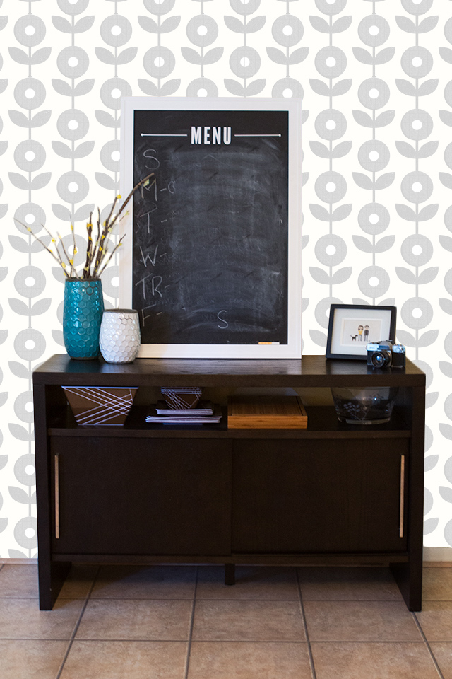 Loving this all gray mod flower wallpaper. Perfect for an accent wall!