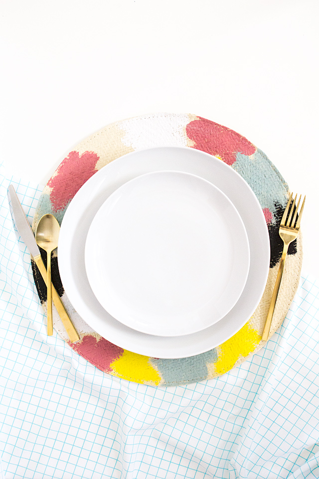 Love these Kate Spade Saturday inspired DIY placemats! (Click through for full tutorial)