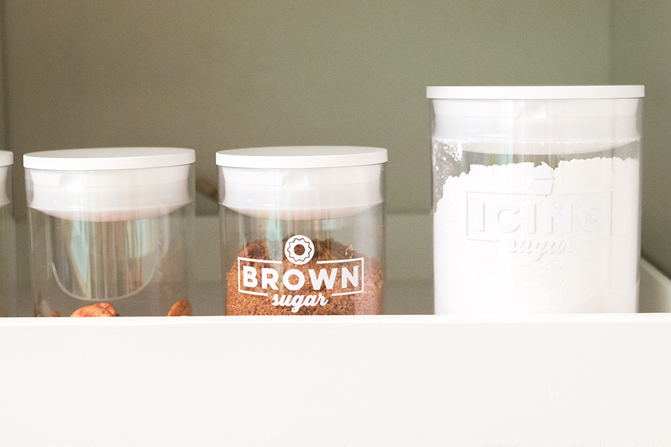 How cute are these pantry canister labels! Click through to download the cut files to make your own.