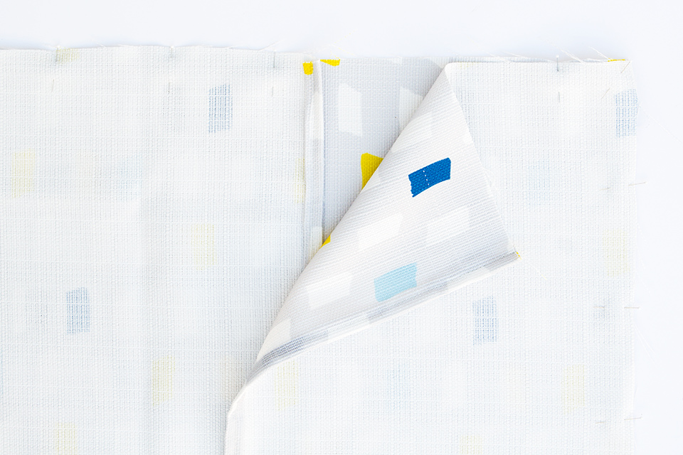 Learn how to create throw pillow covers without messing with zippers! (Click through for tutorial)