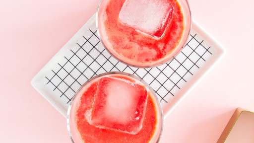 Red velvet lovers are going to adore this deliciously sweet cocktail! (Click through for a video tutorial and the recipe)
