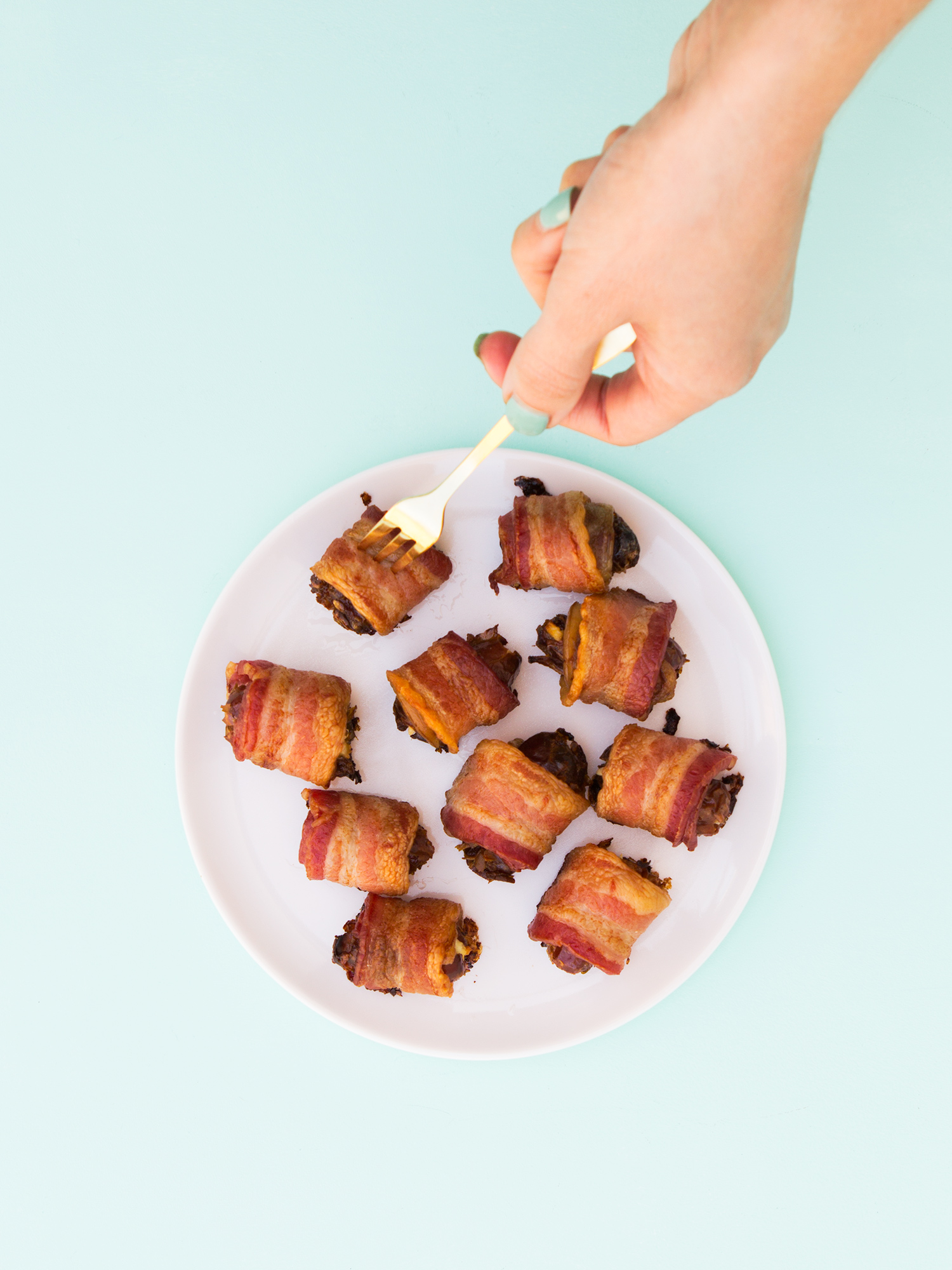 You gotta serve these delicious goat cheese and almond stuffed bacon wrapped dates! They are the perfect party appetizer! (Click through for video recipe)