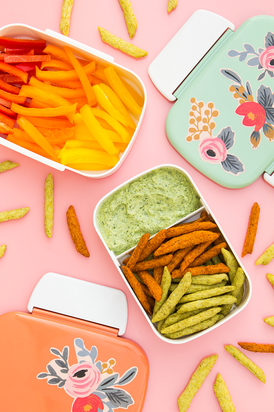 You can make this skinny green goddess dip is just 5 minutes and it's perfectly packable for lunches and picnics. Serve it with @HarvestSnaps and crudités for a tasty snack!