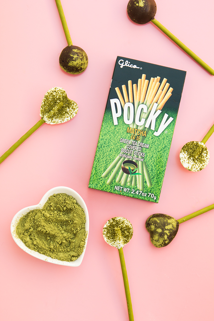 Matcha lovers, you gotta try this! These Matcha @Pocky pops are the perfect sweet treat to pack in your lunchbox! Click through to watch how to make them.