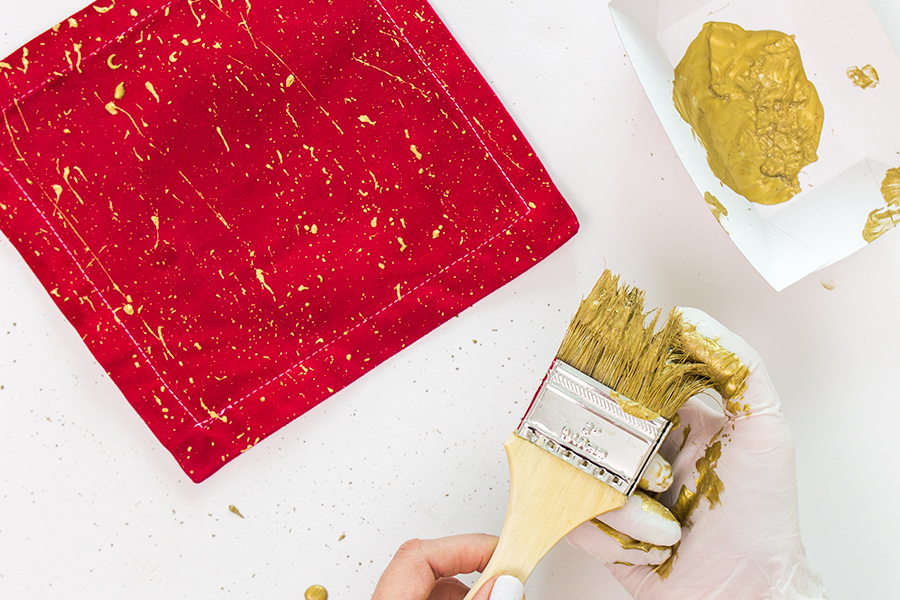 Creating your own gold paint splattered cloth napkins is easier than you think! Check out this tutorial.
