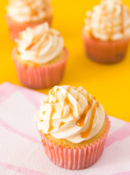 If you love Cuban guava and cream cheese patelitos then you have to make these easy and delicious guava cupcakes with cream cheese frosting and guava drizzle.